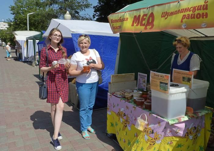Анна и Лариса Ивановы считают, что регулярное употребление лакомства способствует укреплению иммунитета. Фото Светланы Васильевой