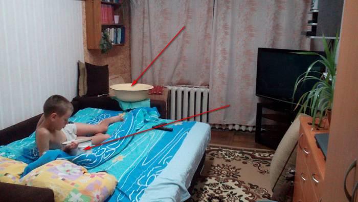 Ночью 10-летний ребенок так устал бороться с водой, что уснул в обнимку с кастрюлей. Фотография Ирины Дашкевич
