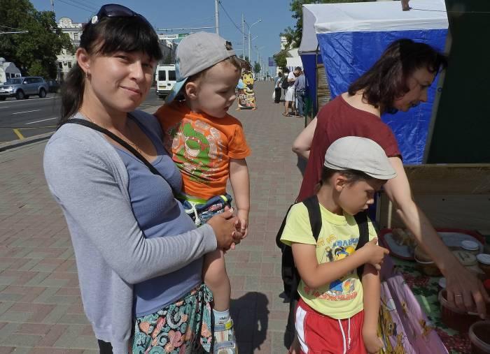 Надежда, Захар и Никита выбирали купили мед для папы. Фото Светланы Васильевой