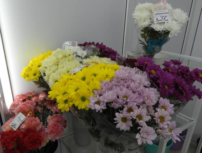 Хризантемы в цветочном магазине в ТЦ «Марко-Сити» предлагают по цене 3 рубля 25 копеек. Фото Светланы Васильевой