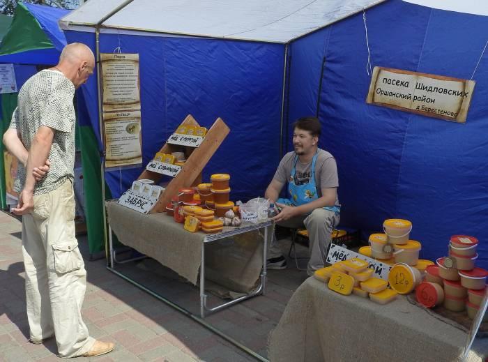 Пчеловоды на ярмарке учат, как правильно выбирать и использовать натуральный мед и продукты пчеловодства. Фото Светланы Васильевой