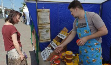 Любители «янтарного золота» знают, где можно купить настоящий мед. Фото Светланы Васильевой