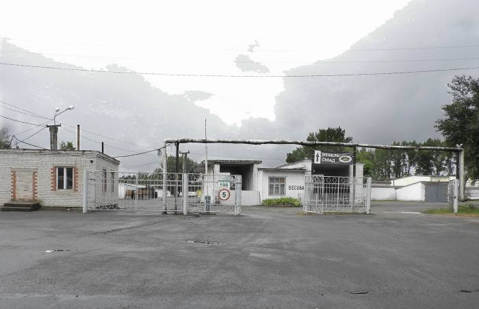 Рядом с остановкой складские помещения. Фото Светланы Васильевой