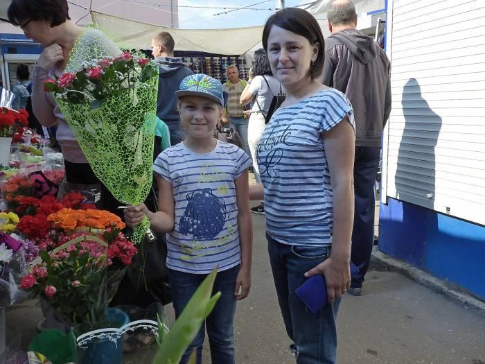 Даша вместе смамой подготовила для любимой учительницы букет с веточкой кустовой розы. Фото Светланы Васильевой