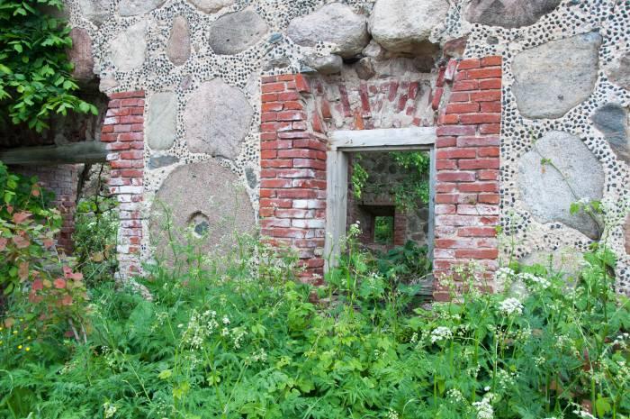 Некоторые жернова вделаны прямо в стену в качестве украшений. Фото Анастасии Вереск