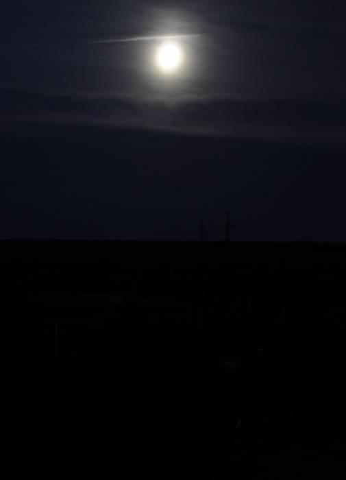 И совсем не красная луна около 22 часов в Новолукомле. Фото Анастасии Вереск