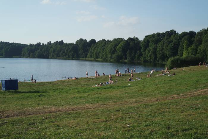 Озеро в Воронах не пустует в теплую погоду. Фото Ольга Витебская