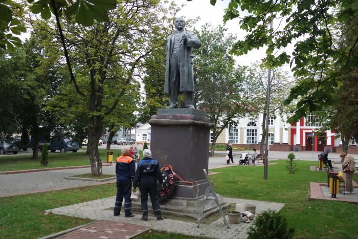 Ленину тоже досталось немного краски. Фото Владимир Борков