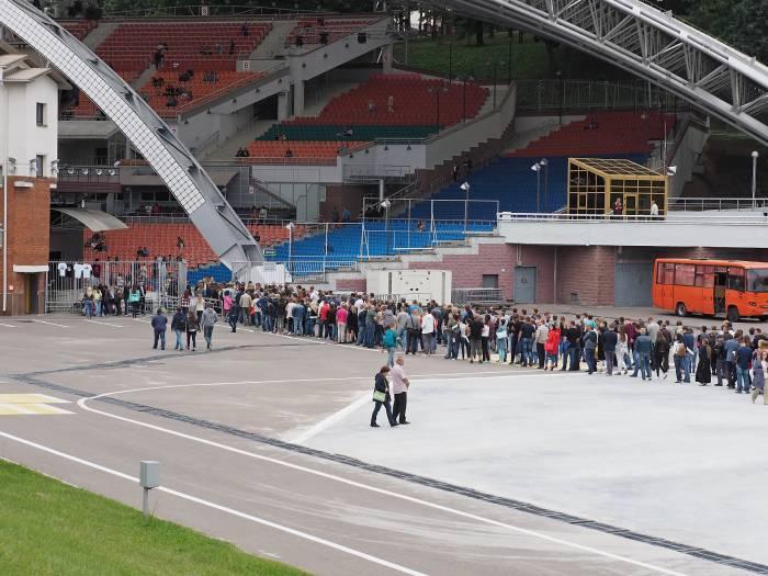 Перед входом в летний амфитеатр на концерт «Ляпис-98» образовалась длиннющая очередь. Фото Светланы Васильевой