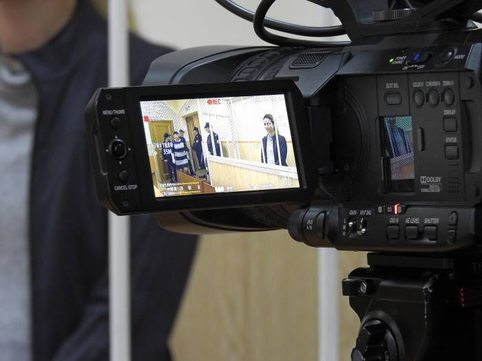Во время оглашения приговора Ольгу держали в «клетке», которую охраняли 5 конвоиров. Фото Светланы Васильевой