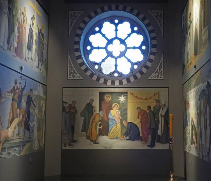 В боковом алтаре заняли свои места 5 необычных фресок. Фото Светланы Васильевой