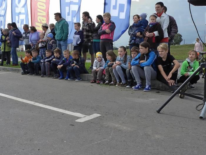 Ребята не смогли остаться равнодушными к красивым мощным автомобилям и искусному исполнению заездов. Фото Светланы Васильевой