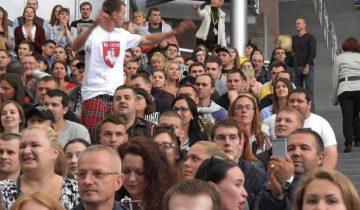 Фанат Сергея Михалка в майке с логотипом «Погони» и в шотландской юбке-килт. Фото Светланы Васильевой