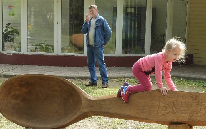 Длина ложки - 5 м 94 см, ширина - 69 см. Фото Светланы Васильевой