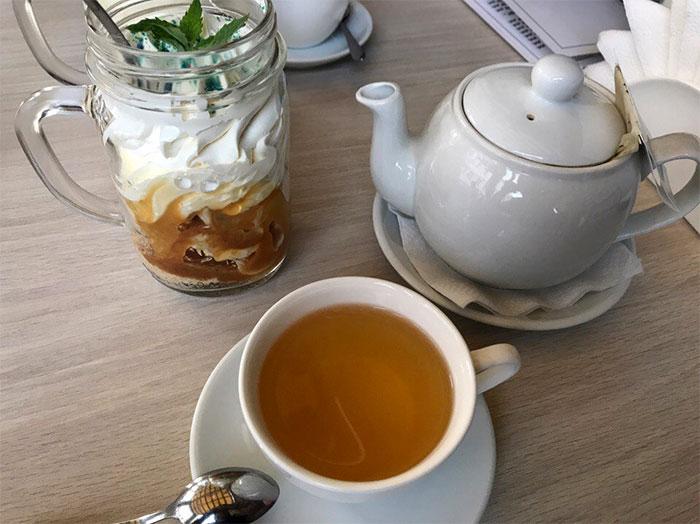 Чай и десерт. Фото Кристины Литвиновой