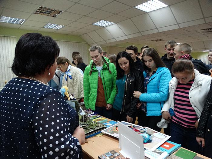 Молодое поколение с интересом рассматривает выставку. Фото Кристины Литвиновой