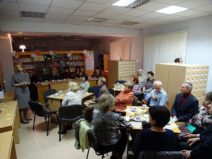 За столами в библиотечном кафе царила дружеская атмосфера. Фото Кристины Литвиновой