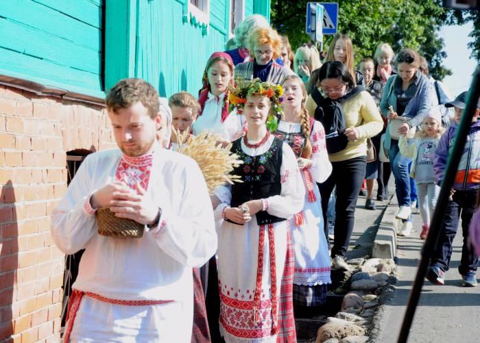 Процессия, во главе с хозяином, обходит дом. Фото Анастасии Вереск