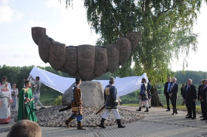 Борис Светлов на открытии памятника в Полоцке. Фото Анастасии Вереск