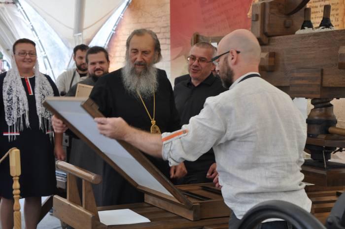 Представители духовенства также опробовали старинные технологии первопечатников. Фото Анастасии Вереск