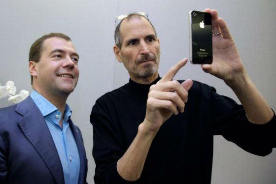 Стив Джобс подарил Дмитрию Медведеву айфон. Источник uznayvse.ru