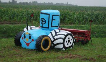 Трактор рад, что он живет на этом поле. Фото Анастасии Вереск