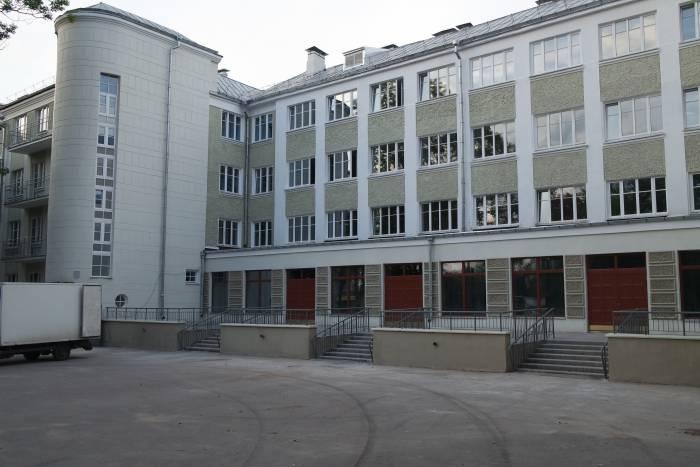 Когда-то магазины были на первом этаже. Фото Владимира Боркова