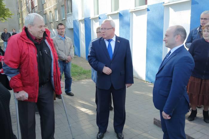 Руководитель инициативной группы жильцов микрорайона Валерий Скрипелев и Владимир Терентьев. Фото Владимир Борков