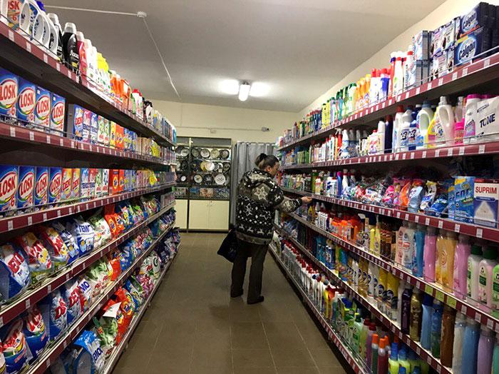 Ассортимент товара не такой большой, как в других торговых сетях, но покупатели не жалуются. Фото Кристины Литвиновой