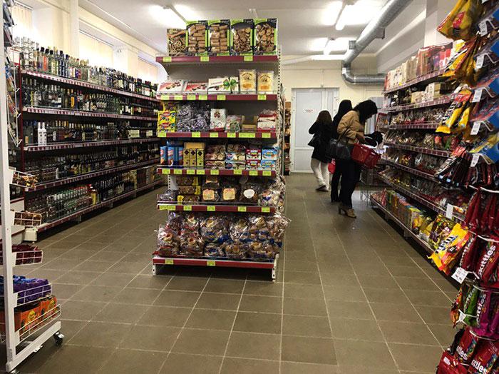 Покупатели внимательно изучают сроки годности товаров. Фото Кристины Литвиновой