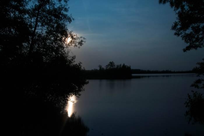 Восхождение луны над озером Черное. Фото Анастасии Вереск