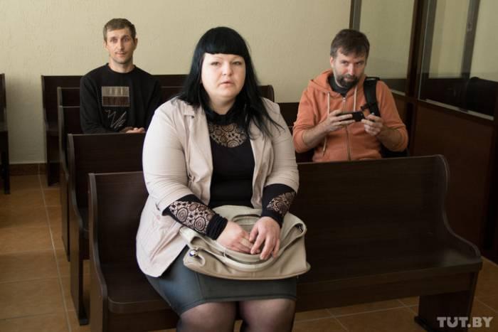 Марина Пояркова и аптекарь Максим Самсонов (на третьем ряду) в начале процесса сели рядом. Фото tut.by