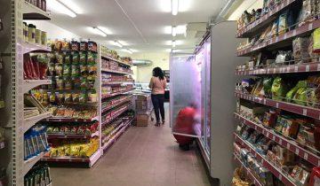 Покупатели выбирают, а работники магазина сортируют товар. Фото Кристины Литвиновой