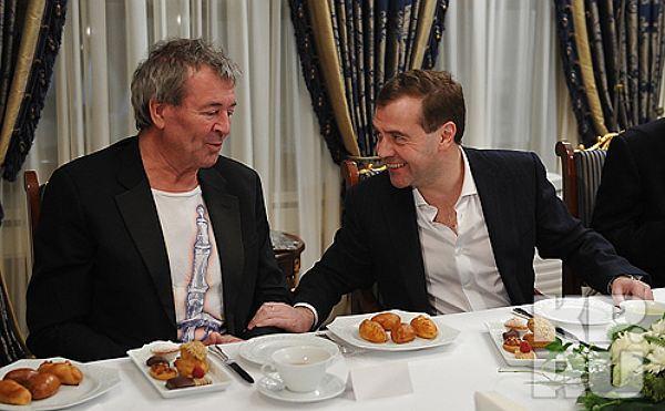 Вокалист Deep Purple Иэн Гиллан и Дмитрий Медведев. Источник kp.by
