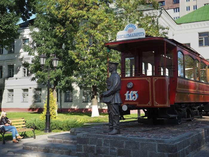 Старенький моторный трамвай немецкой фирмы «Гота», табличка на котором указывает маршрут - «Вокзал - Лазарет». За ним - открытый летний вагон. Фото Светланы Васильевой