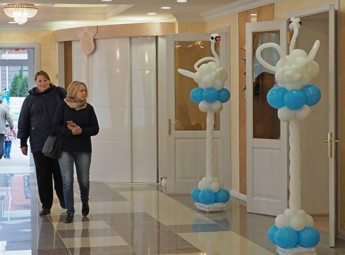 Обновился не только фасад здания ЗАГСа, но и внутренний интерьер, появились большой светлый холл, зал для проведения торжественных регистраций. Фото Светланы Васильевой