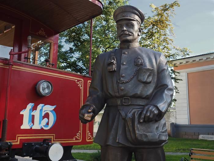 Скульптор Иван Казак создал образ кондуктора на основе исторических документов, которые хранятся в Музее истории Витебского трамвайно-троллейбусного управления. Фото Светланы Васильевой