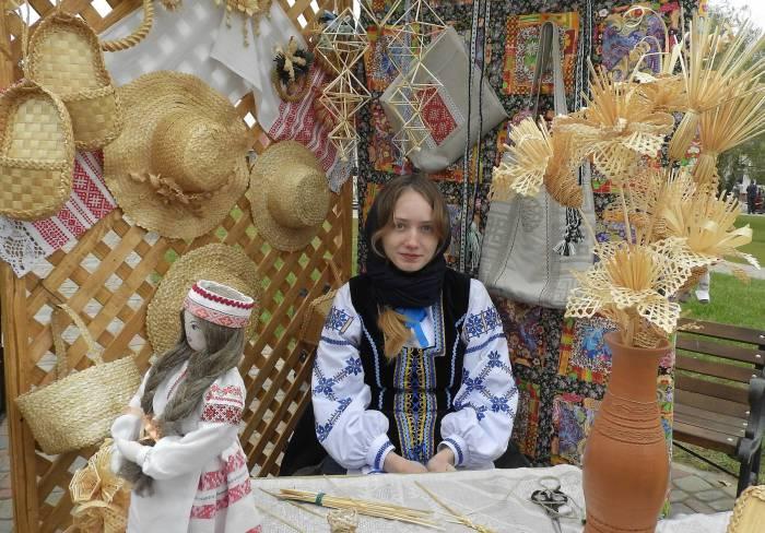 Юлия, преподаватель декоративного-прикладного искусства из агрогородка Копысь предлагала всем желающим сделать сувенир из соломы. Фото Светланы Васильевой