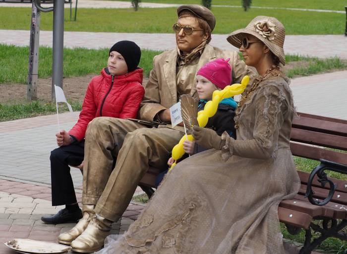 В Дубровно зритель не искушен зрелищами, поэтому «живым статуям» удалось многих удивить. Фото Светланы Васильевой