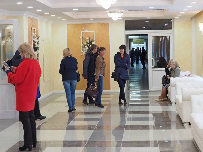 Просторный, светлый холл нового здания торжественных обрядов в Дубровно. Фото Светланы Васильевой