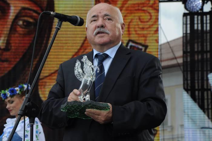 Николай Чергинец вручает хрустального Пегаса. Фото Владимир Борков