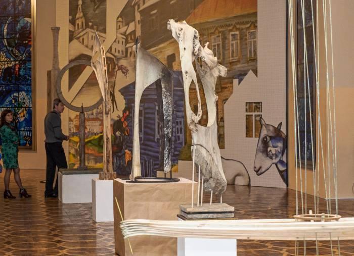 В центральном фойе концертного зала «Витебск» установлены авангардистские скульптуры Василия Васильева. Фото Светланы Васильевой