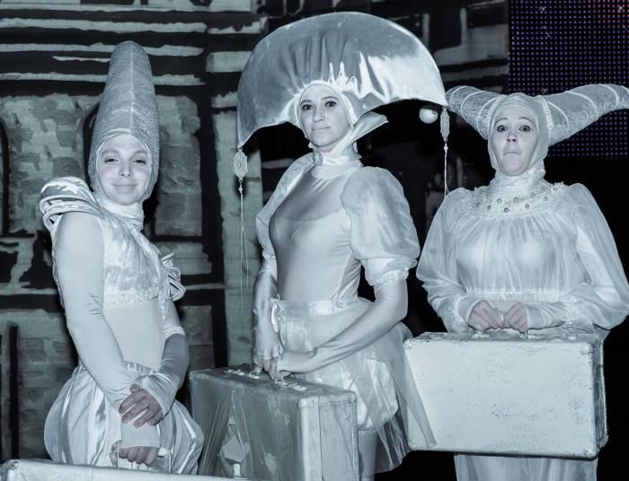 Перед выходом на сцену участники народного молодежного театра «Колесо». Фото Светланы Васильевой