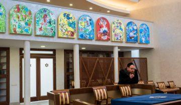 На стене, отделяющий балкон от зала изображены 12 колен, потомков двенадцати сыновей Иакова, которые, согласно священным книгам, и образовали еврейский народ. Фото Светланы Васильевой