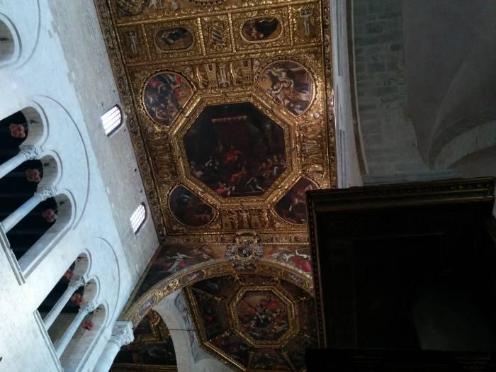 Прекрасный образец итальянского зодчества и дизайна - потолок Базилики св. Николая. Фото Игоря Куржалова