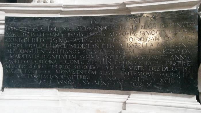 Все титулы королевы Боны Сфорца на памятной доске усыпальницы. Фото Игоря Куржалова.
