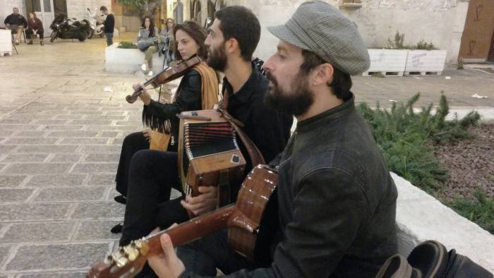 """Вечером на маленькой площади старого города музыканты исполняют """"сторнелли"""", итальянские частушки. Фото Игоря Куржалова"""