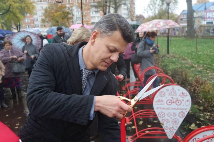Владислав Андрейченко символически открывает велопарковку.  Фото Ольга Витебская