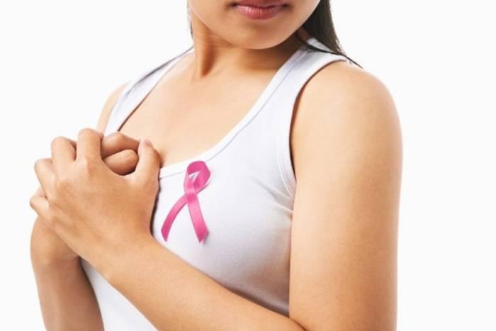 Переплетенная розовая ленточка является символом борьбы с раком груди.