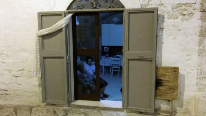 """Дверь из квартиры на улицу открыта. Семья смотрит телевизор. Я сказал """"buona sera"""" - мне ответили. Фото Игорь Куржалов"""